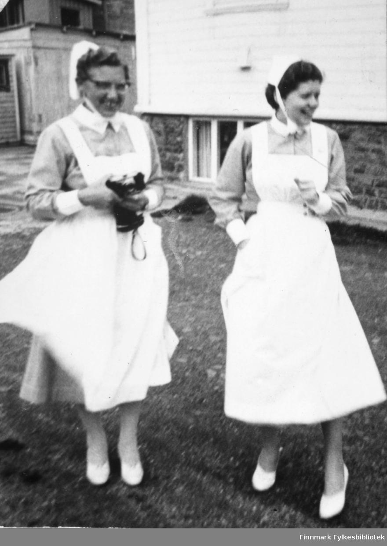 Gudrun Byholt sto klar med fotoapparatet under kongebesøket i 1959. Til høyre Ragnhild Stock