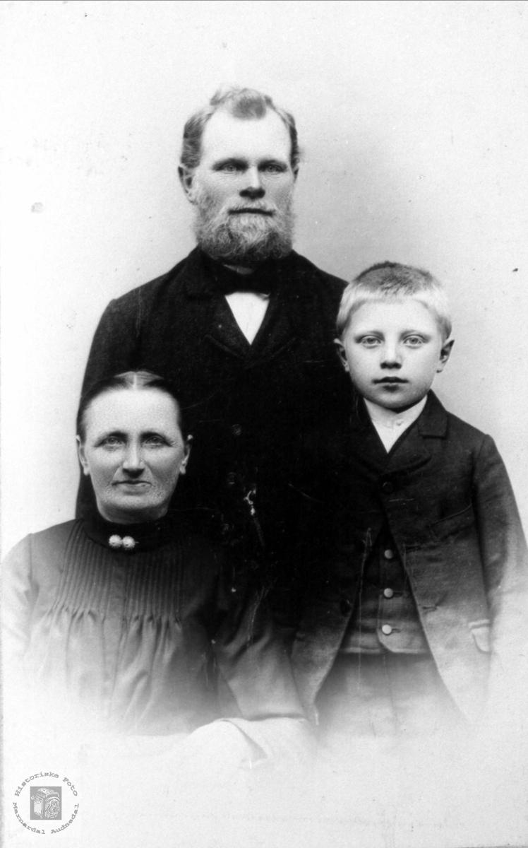 Gruppeportrett. Anne Gurine, Gunder og Jørgen Fjellestad.