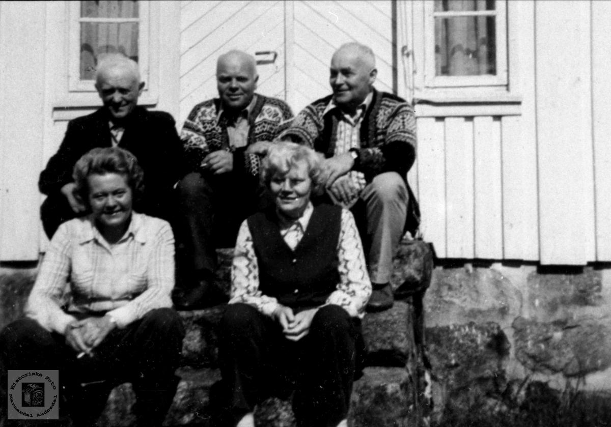 """Søsken på trappa """"Der oppe"""" på Tjomsland"""