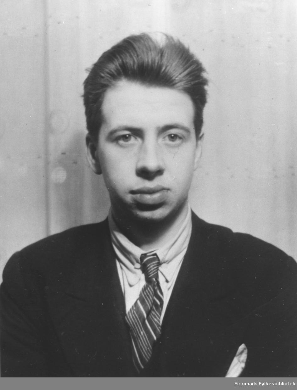 Halvkropsportrett fra Waldemar Fredrik Store. Han er kledd i dress og slips.