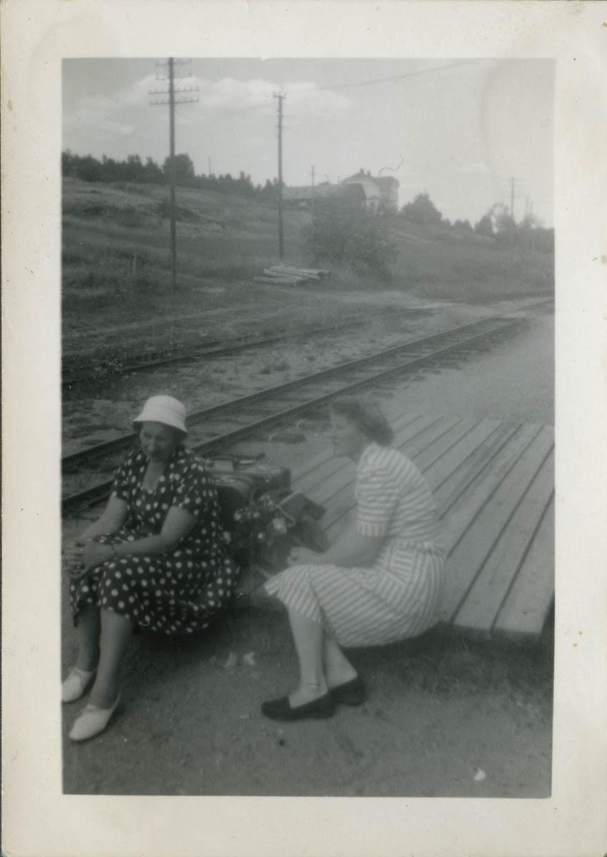Alfild Algum og Margit Broe på godsrampen Hornåseng stasjon