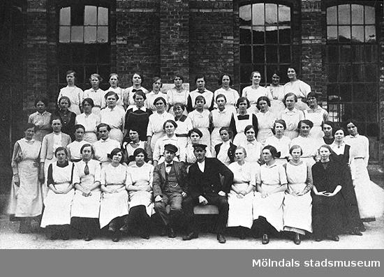 Maria Tengblad (född: Johansson) står i mitten till vänster, troligtvis vid Papyrus, okänt årtal. Maria kom från Fjärås till Mölndal där hon började arbeta på Strumpan och Papyrus innan hon gifte sig med Erik Nataniel Tengblad som startade Tengblads Tapetfabrik. De fick två barn, Margit och Lennart Tengblad.