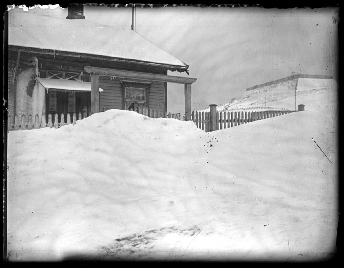 Vinter i Vardø. Prestegården og Klondyke.