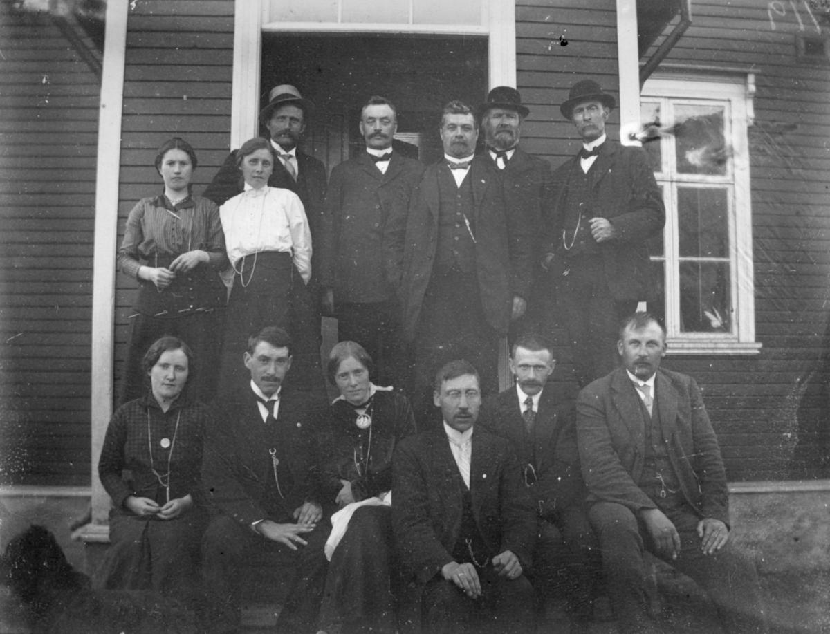Fra lærermøte i Øksfjordbotn. Kvinner og menn har stilt seg på trappen utenfor et hus til et gruppeportrett.