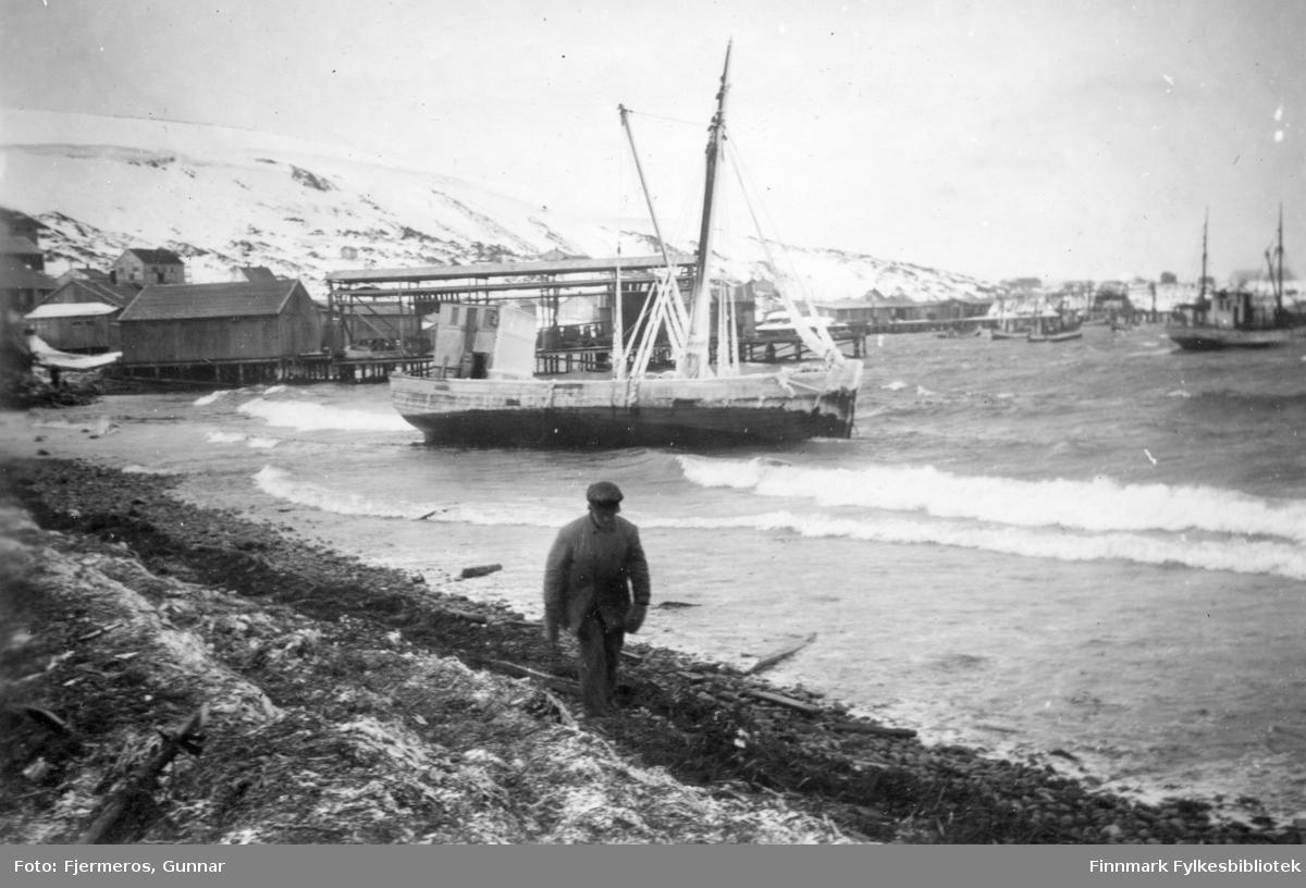 En båt har drevet i land i fjæra i Honningsvåg under en storm i mars 1948.