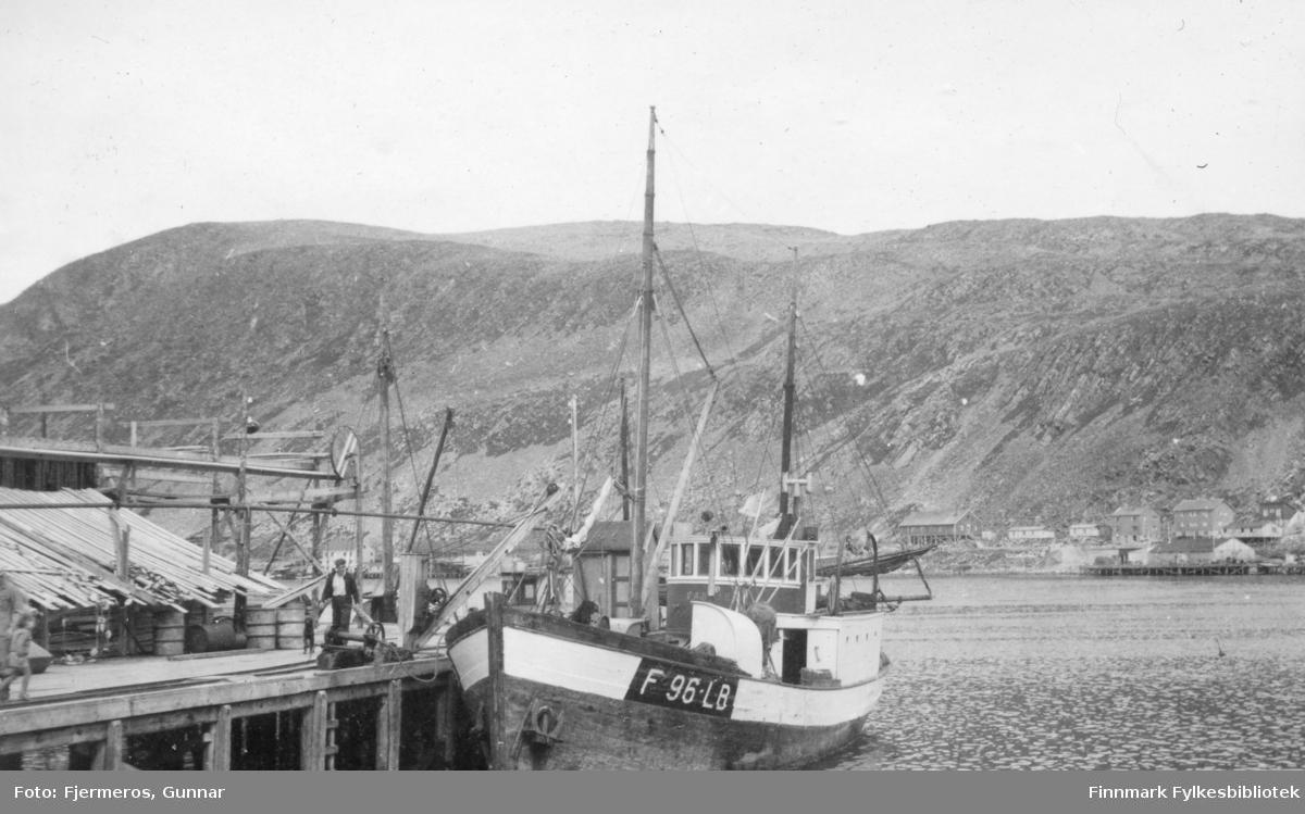 En skøyte ligger ved kai i Kjøllefjord og tar ombord utstyr for å fiske/fange Håkjerring. Kaia kan være Nissen- eller Fiksekaia.