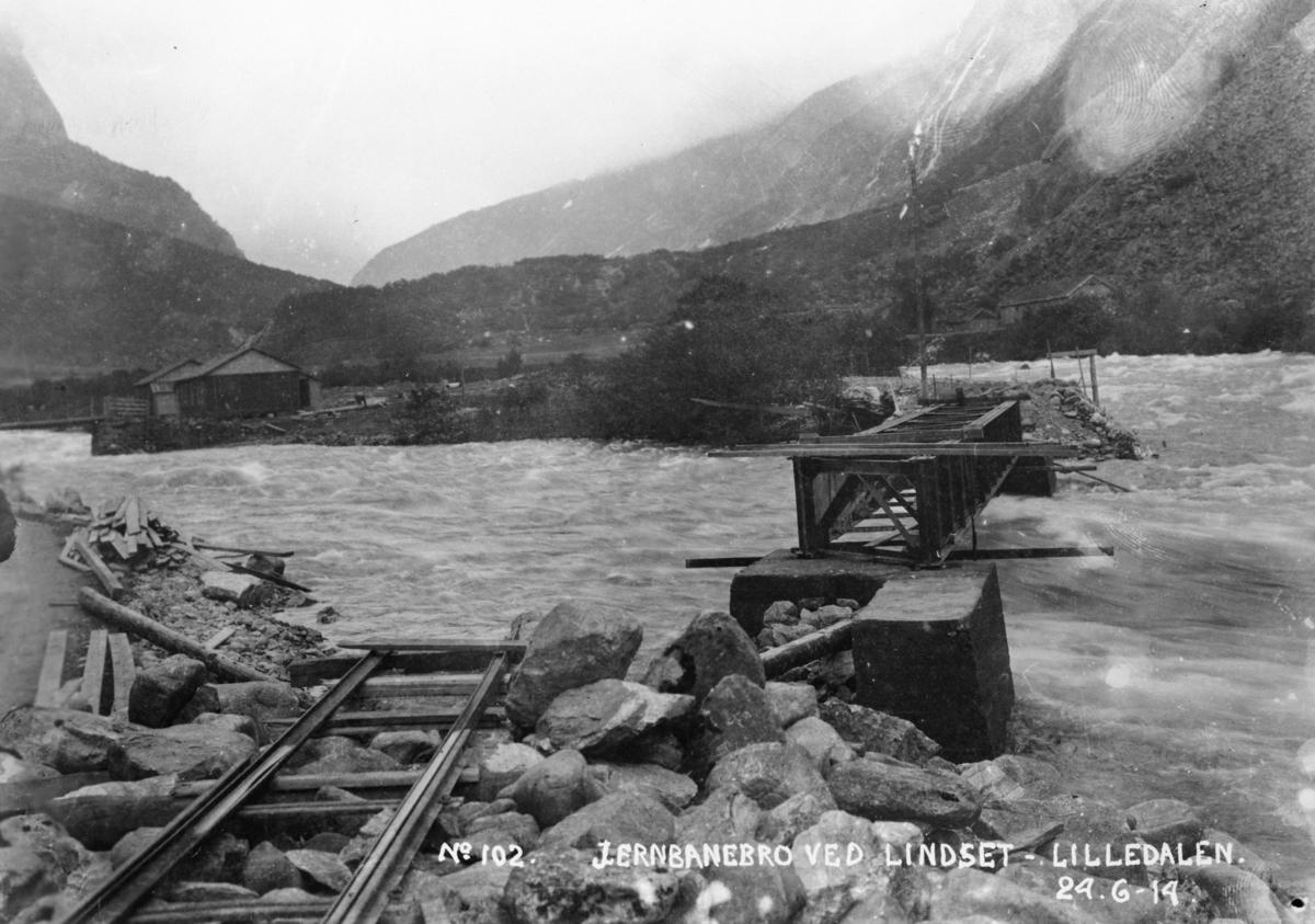 No 102 Jernbanebro ved Lindset - Lilledalen. 24-6-14.  Bygging av bro for Aurabanen over Litledalselva.