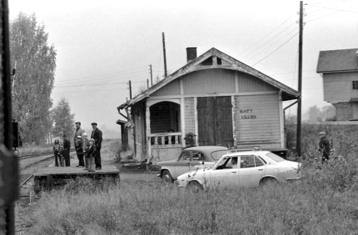 Ekstratog har passert Bilitt stasjon, og de lokale som har møtt opp ser langt etter toget.