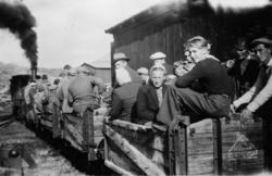 """""""Persontog"""" på Holbu stasjon. Kassevognene ble brukt som per"""