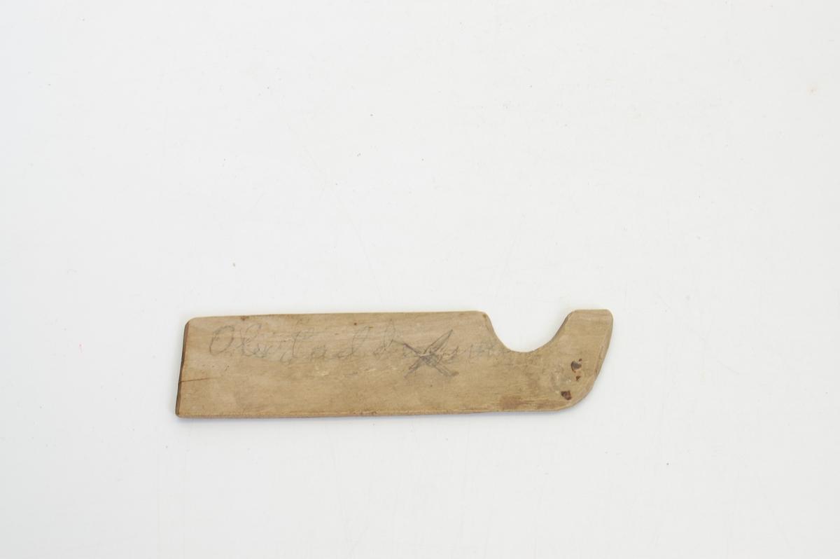 Form: A: Rektangulært, tynt trestk. m. innbuet hakk på den ene langsiden nær en av tverrendene. A er av løvtre B av teak. Pinnene ble holdt mellom fingrene.