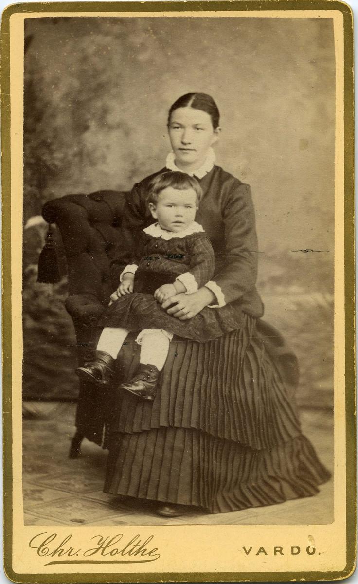 Kvinne og barn, begge ukjent.