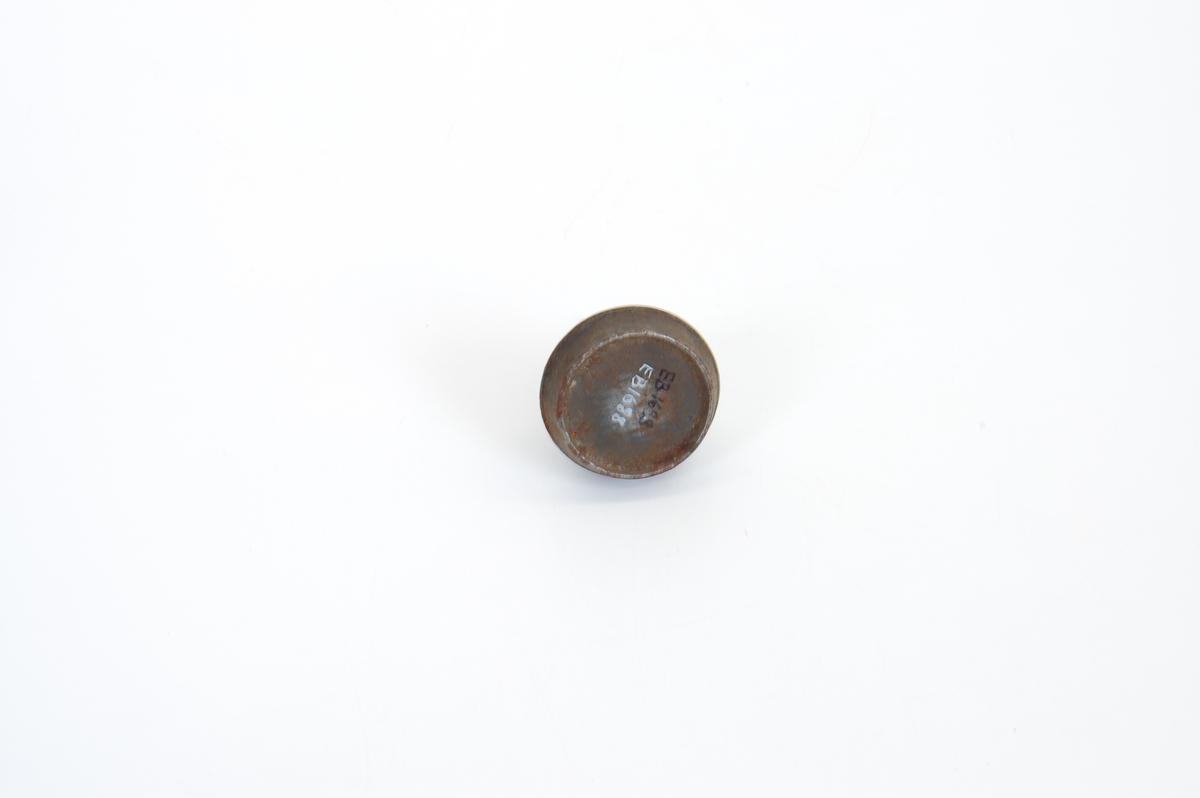 Form: Rund, lav, loddr. tut, tykkest v. rot, smalner oppover, avtagbar tut v. gjenger.