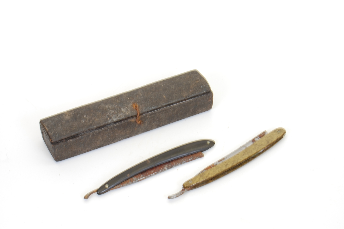 Form: avlangt etui med to barberkniver oppi, knivbladet kan foldes inn i skaftet