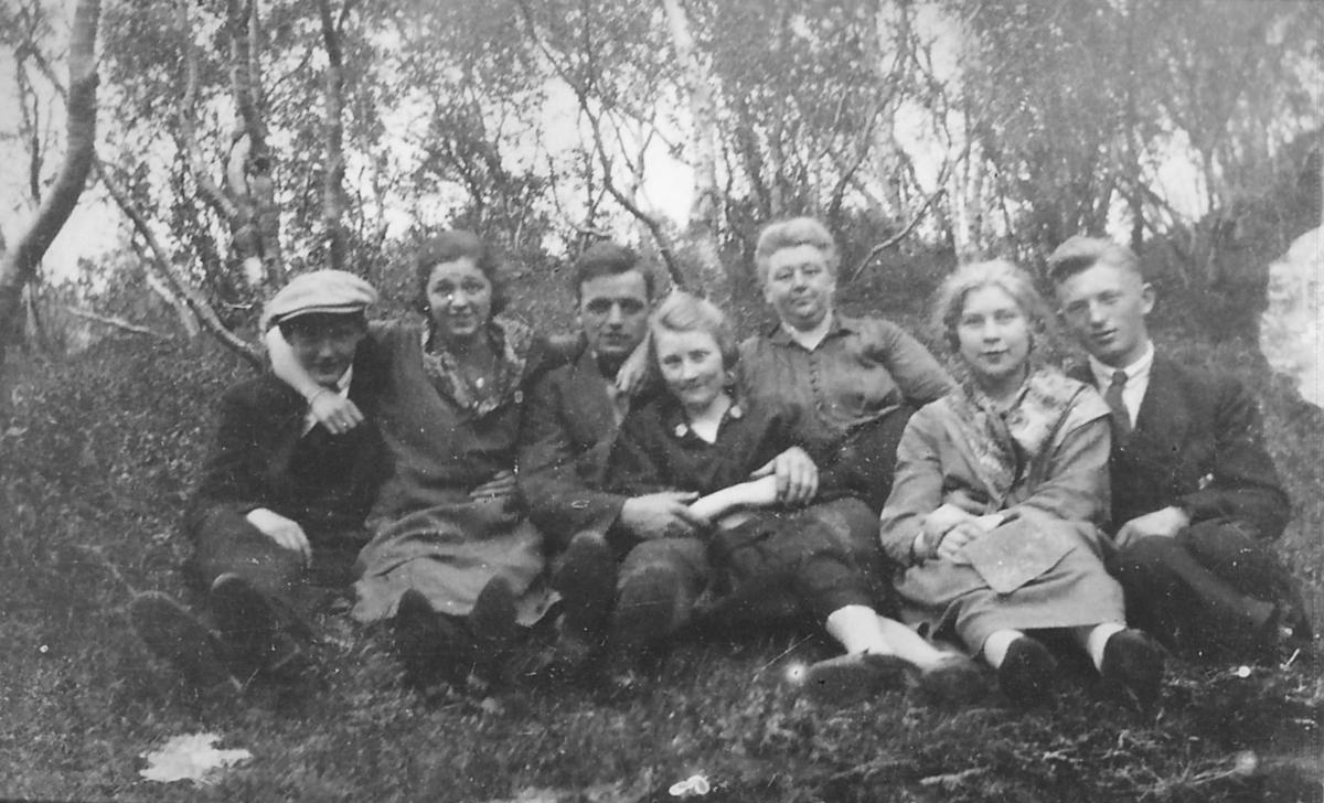 Gruppeportrett tatt i Neiden i 1924. Nils Klaussen er nummer 1 fra høyre. Ved hans side sitter sannsynligvis Helga Enbusk fra Neiden. Hun ble hans første hustru.