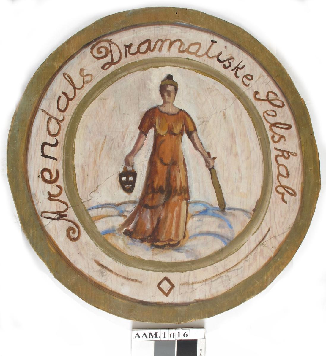 Sirkelrundt emblem: en kvinne  i gyllenbrun kjole med   hjelm  på hodet, holder et   sverd  i venstre hånd en   maske  i høyre. Thalia?  Innrammet av bred bord hvori står skrevet:   Arendals Dramatiske Selskab.