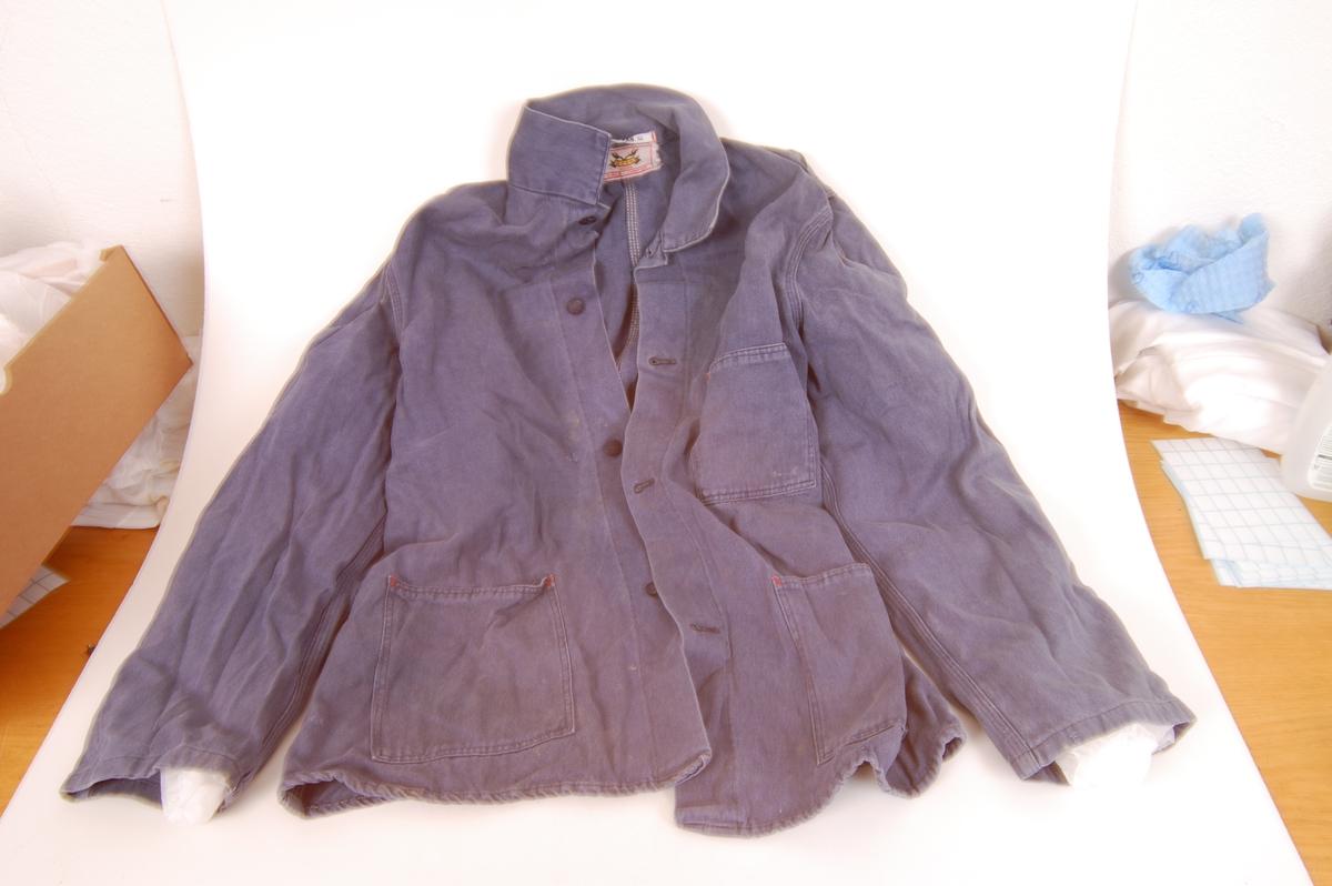 Form: som en jakke, med knepping foran, tre lommer