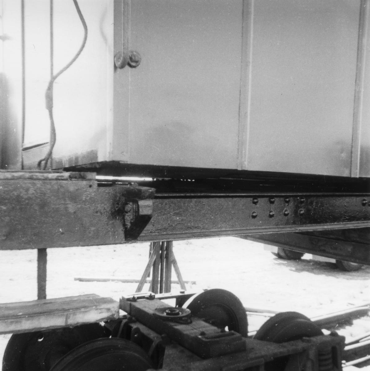 Persovogn BCo 3 ble flyttet fra Sørumsand verksteds område til museumsbanen våren 1965. Her er vognen i ferd med å bli lastet opp på trailer ved Sørumsand verkstad.