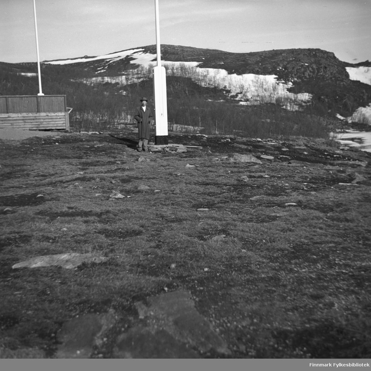 Eino Erland Drannem er fotografert ved siden flaggstanga i Hammerfest, sannsynligvis på 17. mai