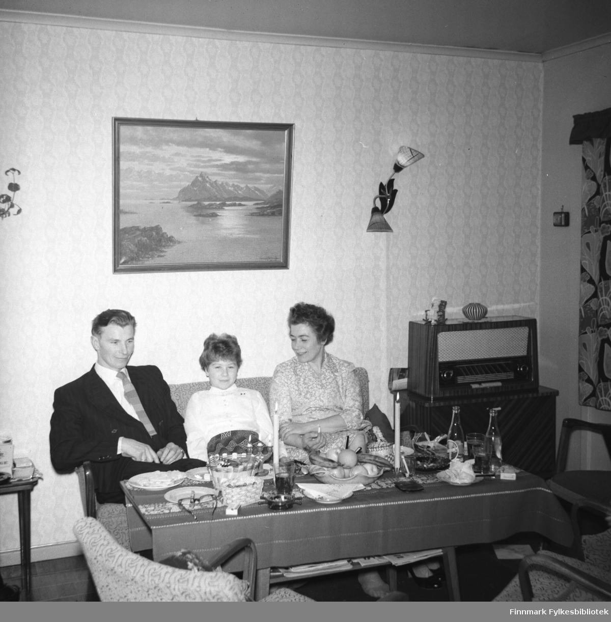 Familien Drannem: Eino, Turid Lillian og Jenny på julebesøk(?)
