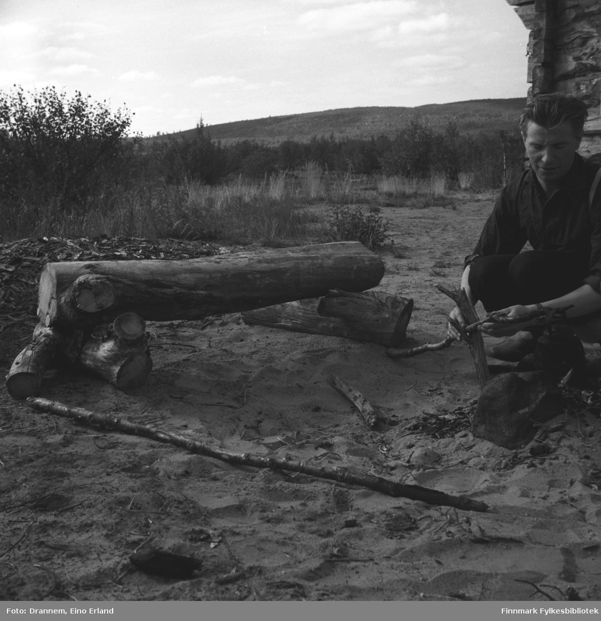 Eino Drannem holder på å koke kaffe over bålet ved Veiskillevannet i Neiden