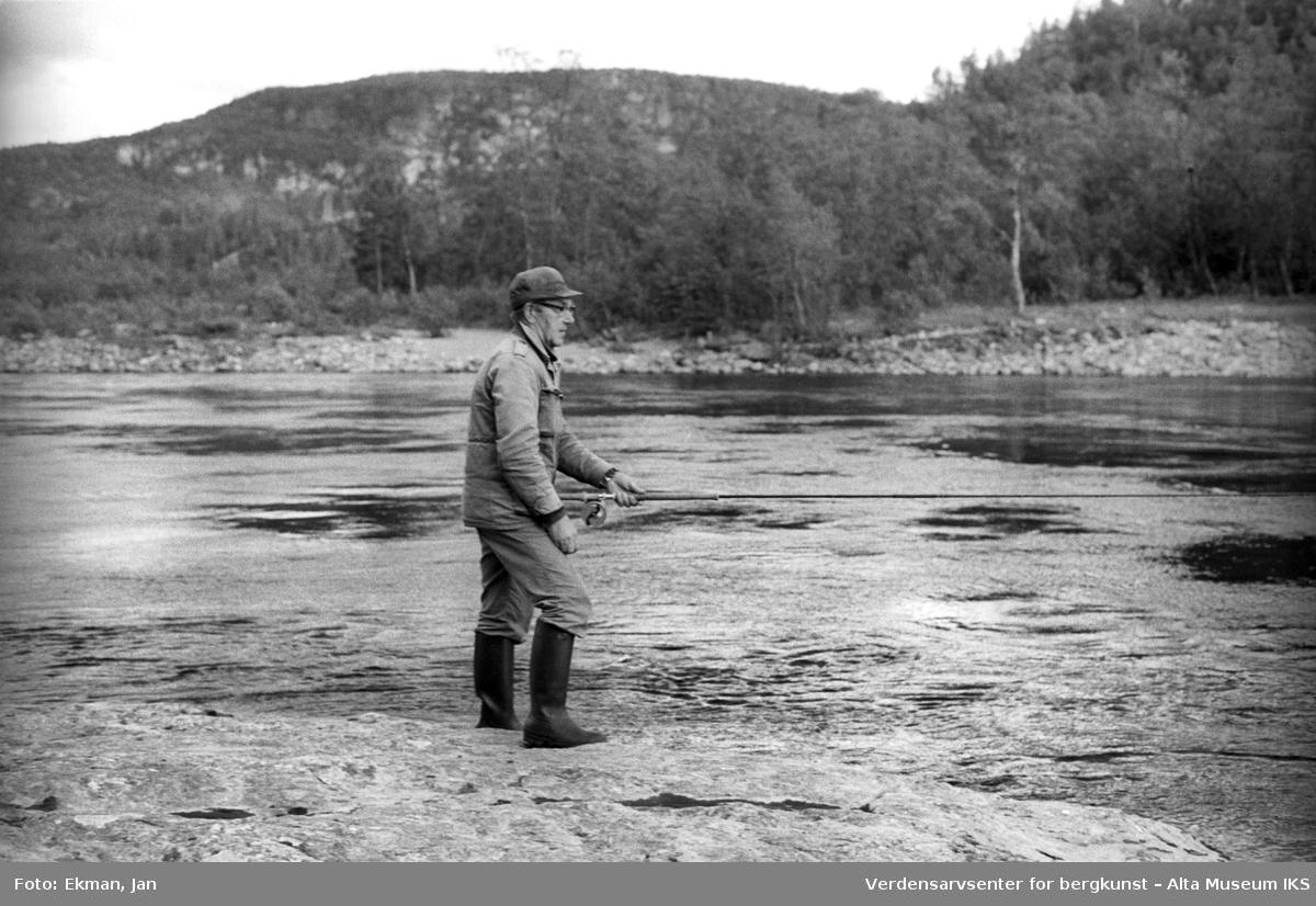 Landskap med personer. Fotografert 1982. Fotoserie: Laksefiske i Altaelva i perioden 1970-1988 (av Jan Ekman).