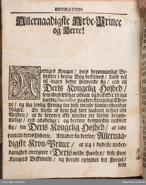 Norriges Kongers Historie, skrevet av Jonas Ramus (sogneprest i Norderhov) og trykket i København i 1719. Inneholder 322 sider i tillegg til Innholdsfortegnelse, forord, dedikasjon, etterord og alfabetisk register.