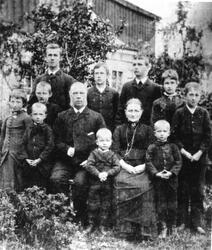 Tidligere ordfører i Øksnes Halvor Olai Rasmussen med famili