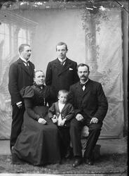 Portrettbilde av Andersen med sin familie. Sliperiarbeider