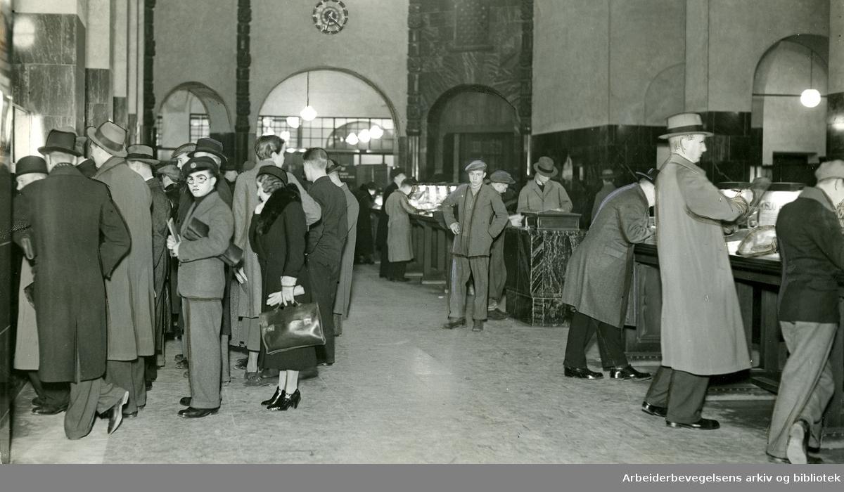 Publikumshallen på Hovedpostkontoret i Oslo. 1938.