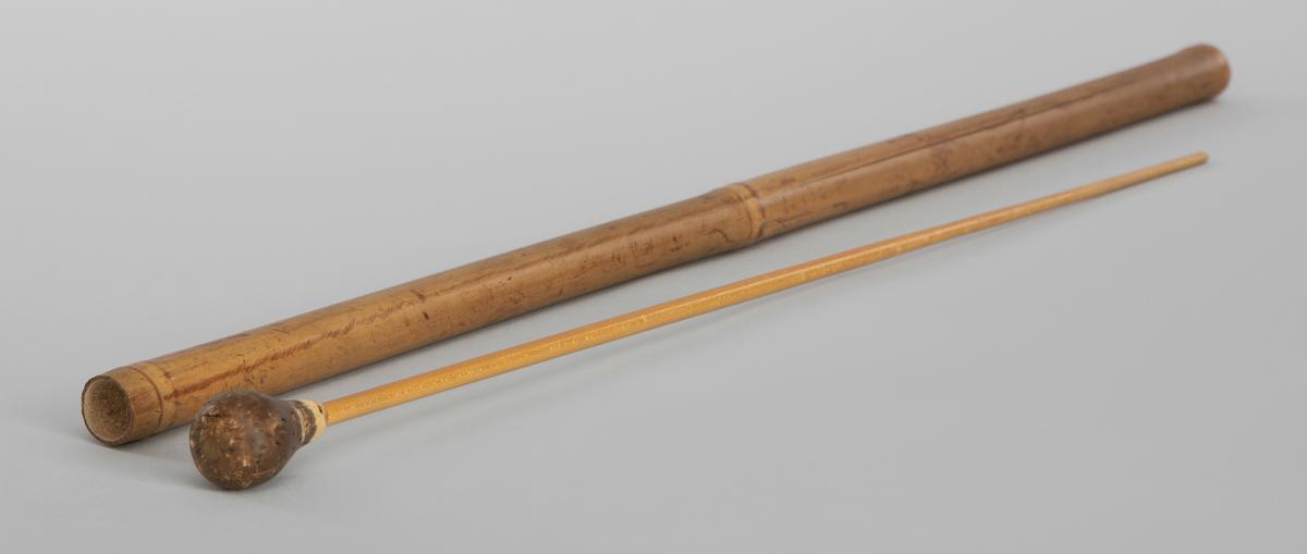 Selvlaget taktstokk, dirigentsatv, med etui. Etuiet er laget av en gjenbrukt skistav i bambus.