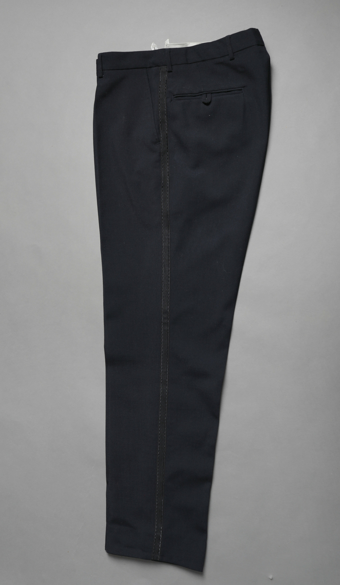 Uniform, kelner/tjener fra Sagafjord, Den norske Amerikalinje. Hvit jakke og svart bukse.