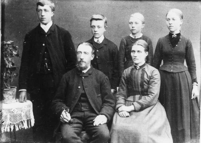 Familieportrett av familien Bratland, bosatt i Øksnes.