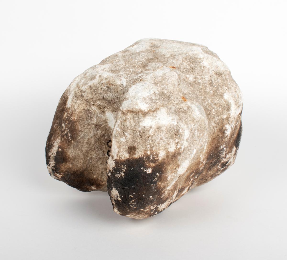 Hellig, hvit stein med uregelmessig og grunn dobbelt fure rundt. På undersiden er det en halvcylindrisk uthulning tvers igjennem, noget som også kjennes fra andre eksemplarer. Lengde 25 cm, største bredde 22 cm. Funnet på br.nr. 4 av g.nr. 47 Ose, Ørsta s. og pgd., Møre, på flaten mellem Oseborg og Oselven. Der er nu åker, men det hadde neppe vært pløiet der før steinen blev funnet. Finneren mener at det kanskje var en liten åkerrein på stedet, men ingen sikre tegn til gravhaug eller lignende. Innsendt ved aktuar Myklebust som har meddelt fundoplysningene og som omtaler steinen i sin bok om Ørsta s. 293. (Opplysninger fra Bergens Museums tilvekst av oldsaker 1933)