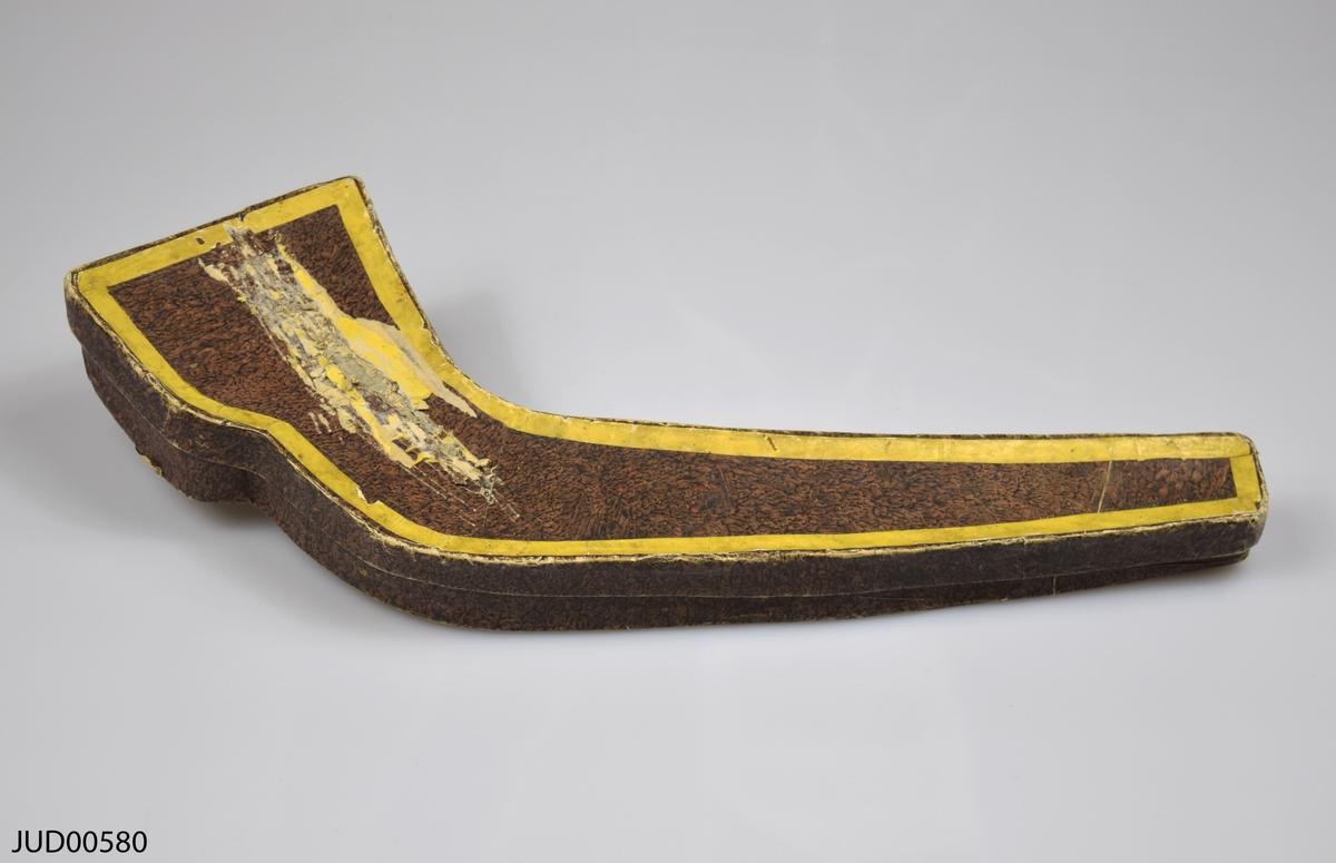 Shofar tillverkad av horn, med tillhörnade ask klädd på insidan med papper med hebrisk text skriven på.