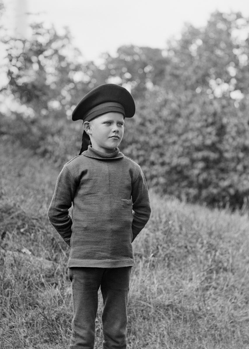Arne Hallin i backarna rimligtvis vid hemmet Ramsdal i Sankt Anna socken. Son till Karl Johan Hallin och fotograf Durlings syster, Hedvig Maria Bertha Durling.
