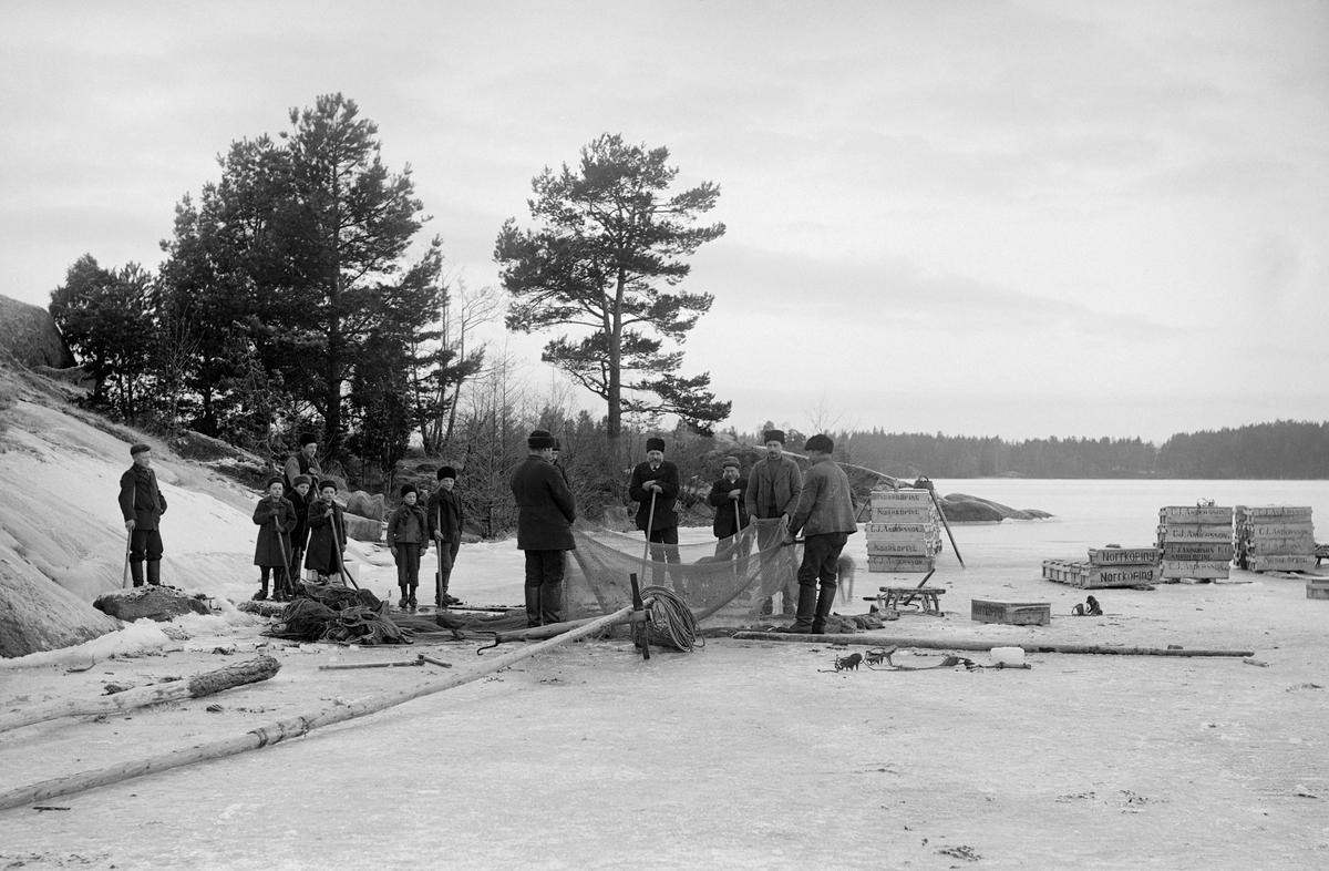 Notdragning vid Lindersfjärden i Sankt Annas skärgård.