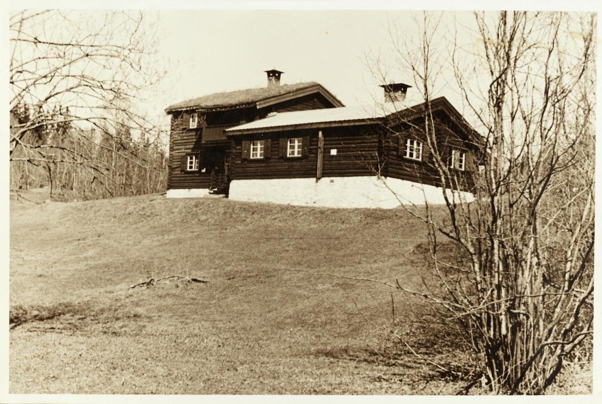 Tømmerhytte. Antagelig hytten til skiklubben Fram, Framstua, ved Svartor i Nordmarka, Oslo.
