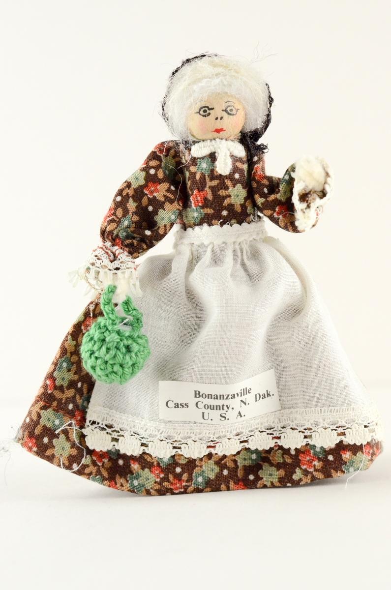 Fem pionerkledde dukker hvor hode og kropp er laget av tre og armene av piperensere.