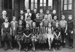 Greåker skole i Tune 1937 med lærer Aksel Dahl. Navneliste m