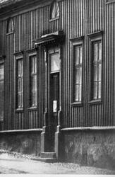 En port i kvarteret Bachus från Österlånggatan omkring år 19