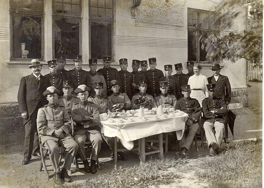 Bild ur en arkivkartong med 34 st. s/v fotografier. De flesta är gruppbilder av oidentifierade personer. Här Brödraketsen vid I-15 år 1918.
