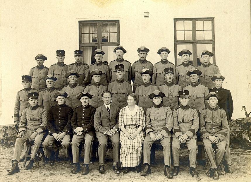 Bild ur en arkivkartong med 34 st. s/v fotografier. De flesta är gruppbilder av oidentifierade personer. Här Brödraketsen vid I-15 år 1923. Årsklass II.