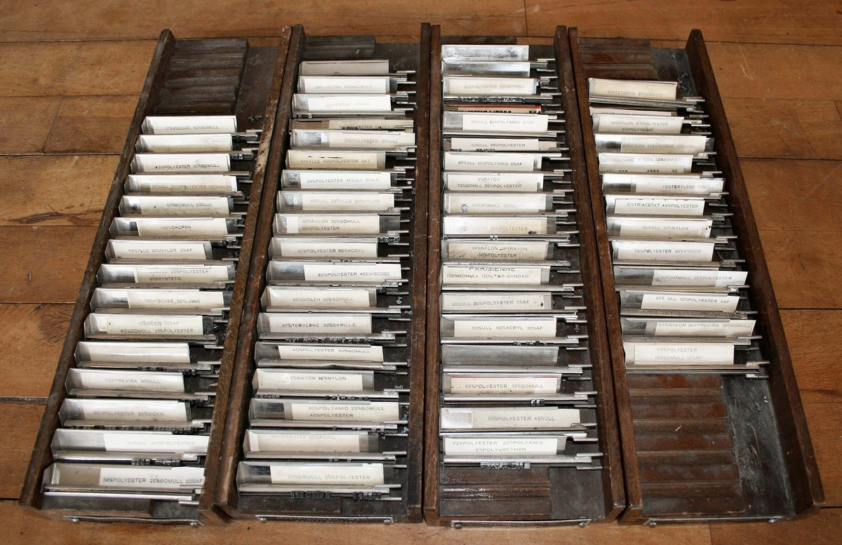 """Etikettmaskin med belysning. Tryckvals med utbytbara typer, samt räkneverk. Elansluten. Typlådor av trä medföljer: Mått 750 x 450 x 540 mm. Märkt: Maschinenbau """"WAM"""" M. Osterhof, Nr. 100. Proveniens Svea Band AB, Linköping.  Funktion: För tillverkning av etiketter"""