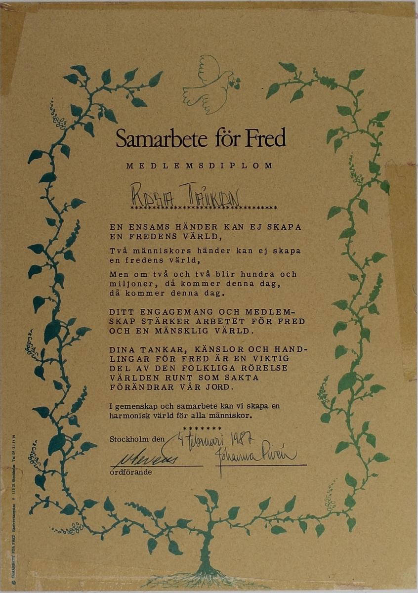Diplom för medlemskap i Samarbete för Fred. Runt kanterna finns rester av tejp eftersom Rosa tjepat upp diplomet på väggen.