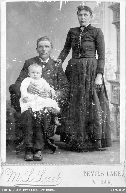 Mann, kvinne og lite barn i atelier
