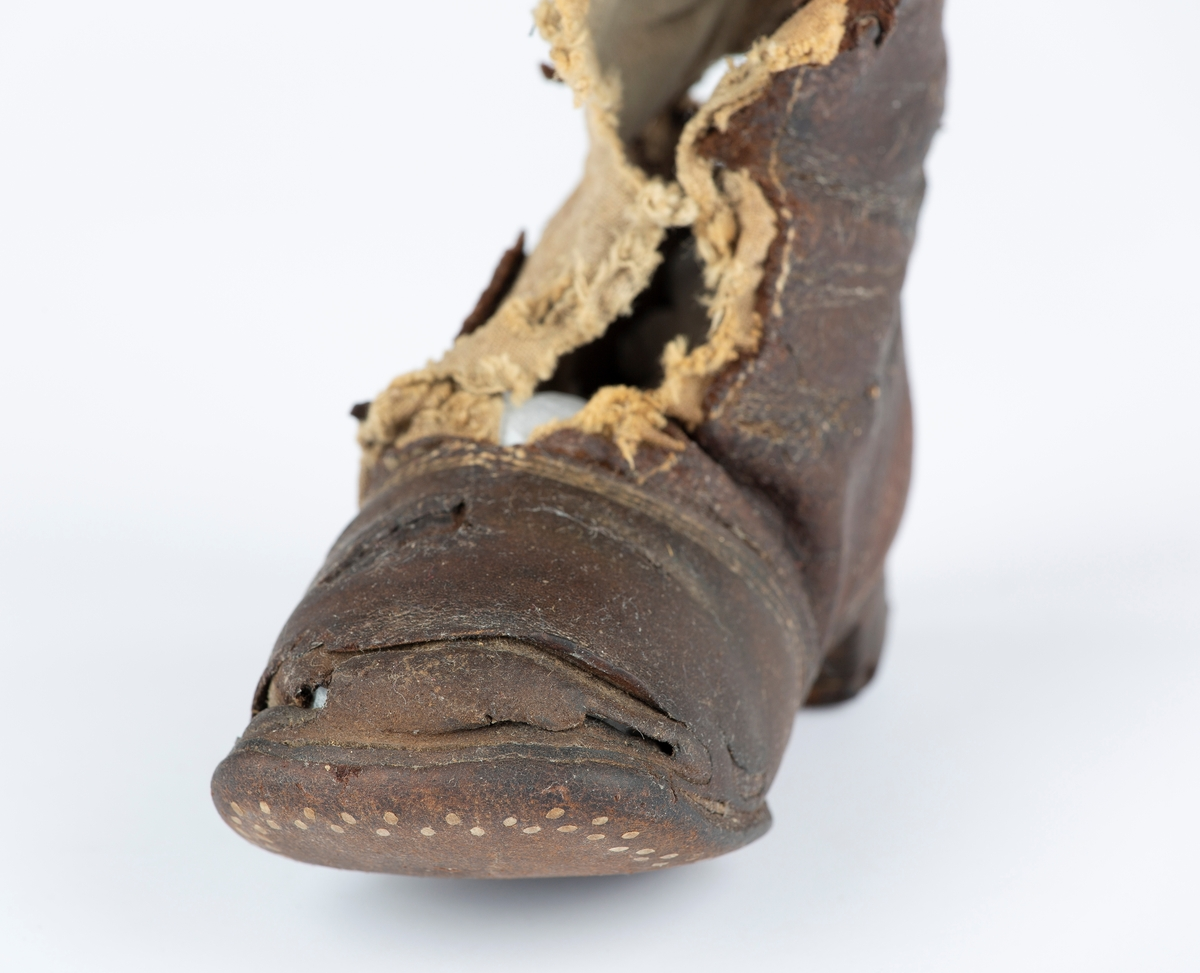 Ankelhøy lærstøvel med lav hæl.  Utslitt og delvis oppsmuldret.