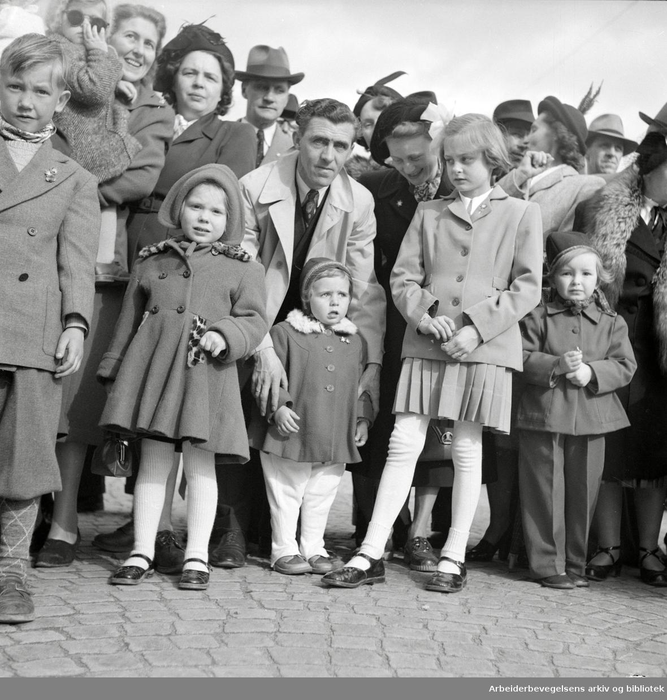 Oslo Framkrets. 1. Mai 1952. Framfylkingens arrangement, Barnas 1. mai på Dælenenga. Tilskuere til barnetoget i Thorvald Meyers gate.