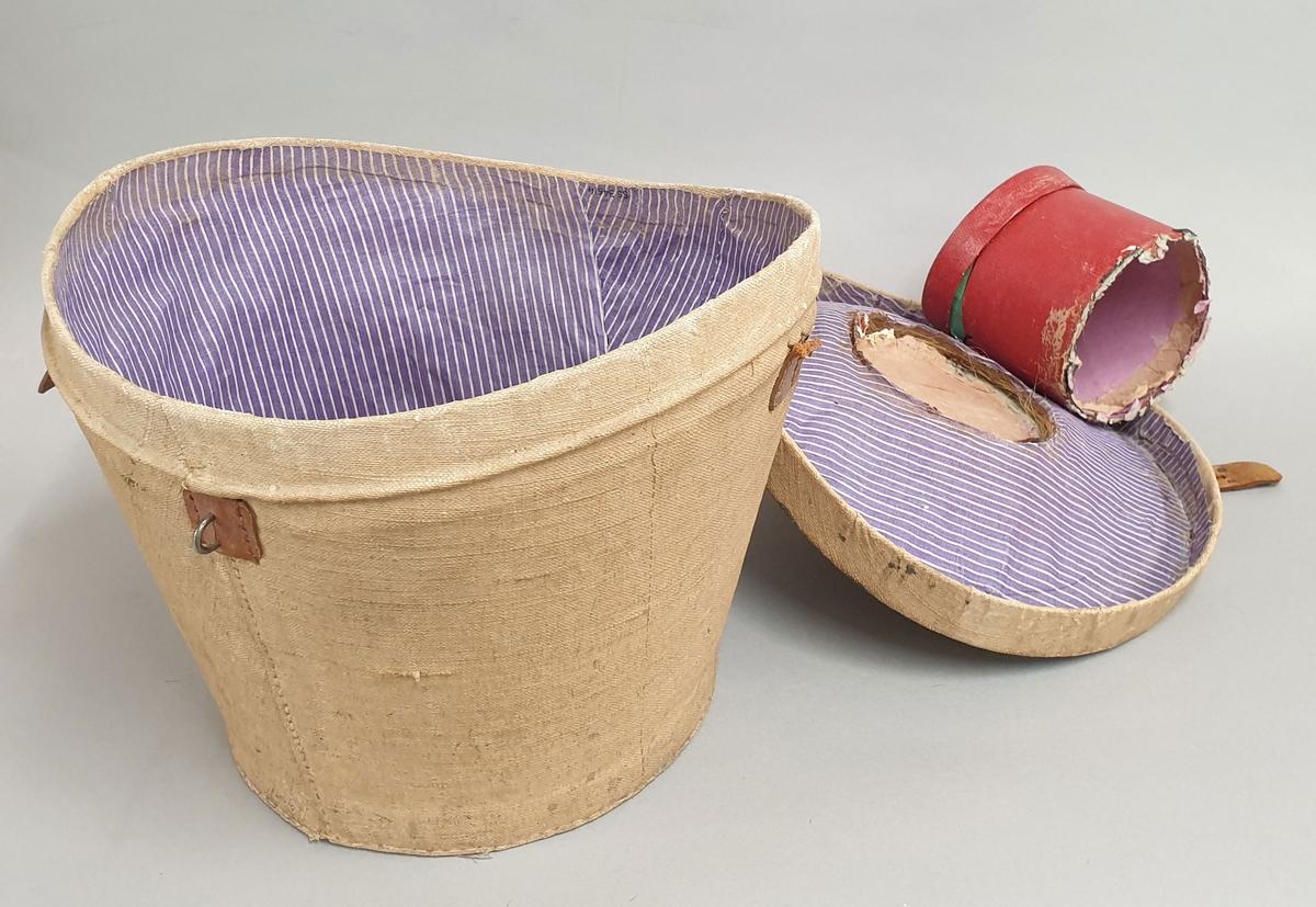 Hatteeske for flosshatt, trukket med strie og fôret med bomull og strå. Lokket har en pull som er falt av.