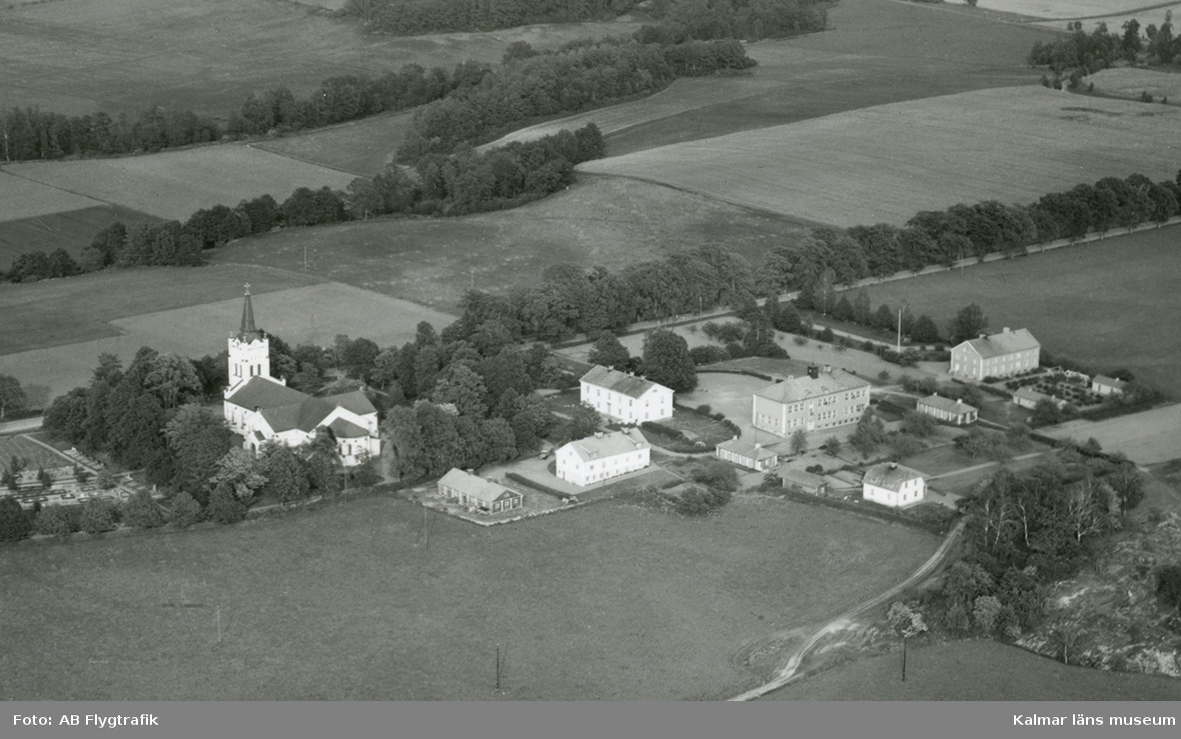 Flygfoto över Västra Eds kyrka.