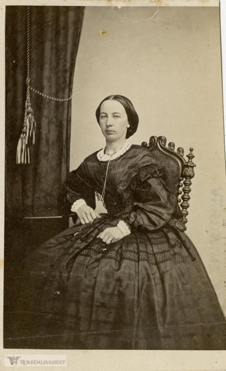 Sophie Christiane Knudtzon f. 29.3.1834 i Kristiansund..Saras Michael Iddeus Lossius f.1833 i Hemne d.1901 hadde 5 koner. Ei av disse var Sophie Christiane. .Sophie var datter av kjøpmann og stortingsmann William Leslie Knudtzon og kone Margareta Christine Kaasbøl Greve. Hun ble gift i 1860 (Kr.sund) med kjøpmann Saras Michael Iddeus Lossius f. 1833 i Hemne. De fikk fire barn.
